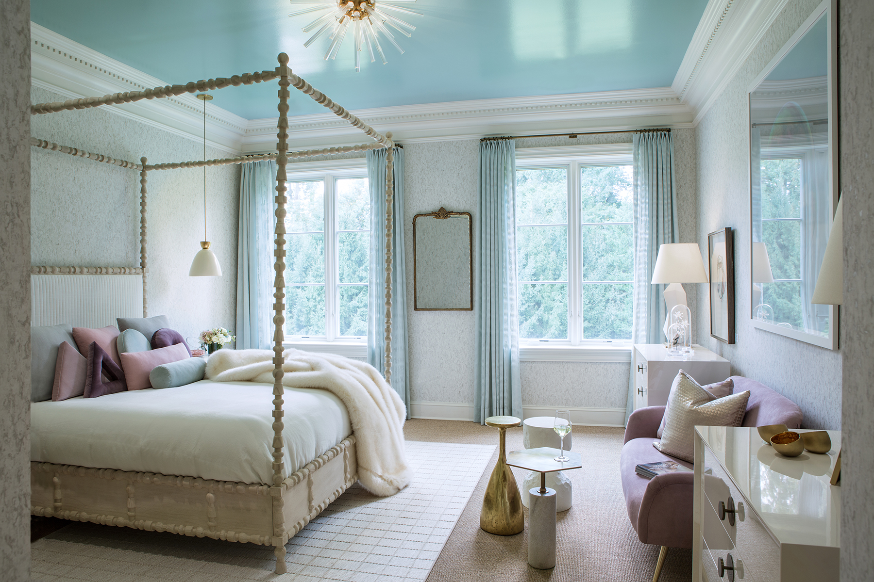 Blue lacquered ceiling in bedroom reflects light